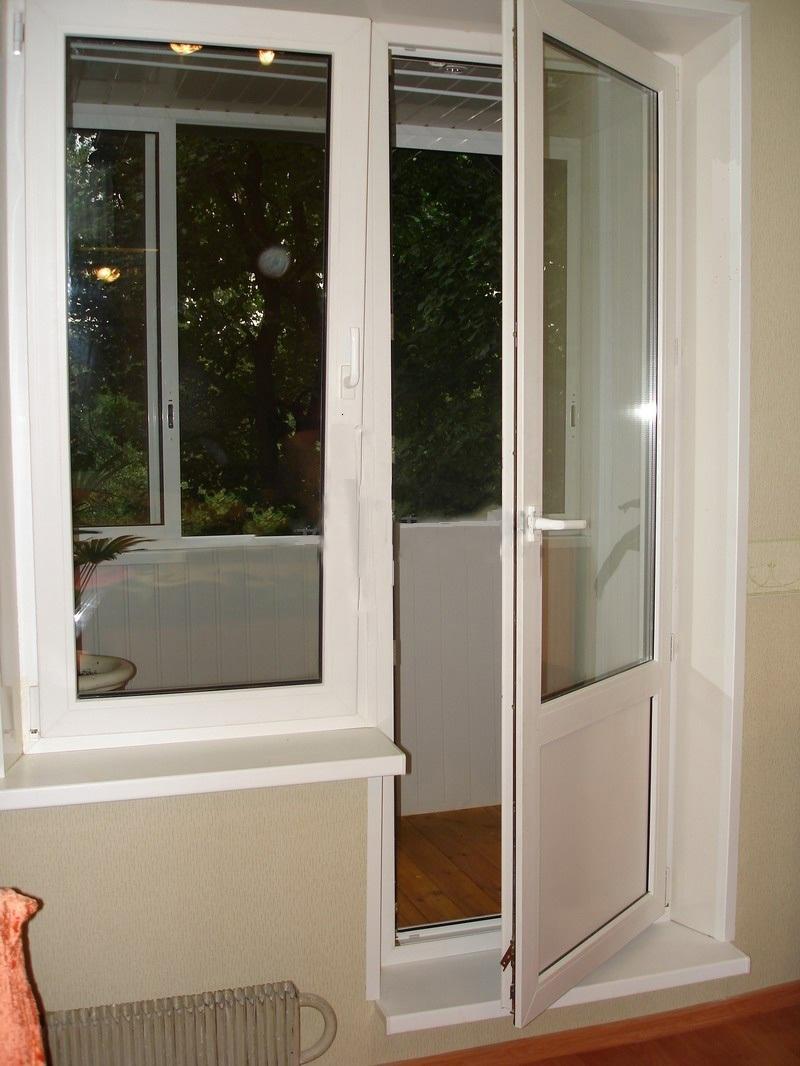 Пластиковый балконный блок с дверью..